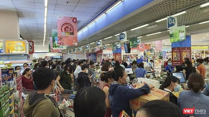 Người dân Đà Nẵng đổ xô đi mua hàng tiêu dùng tại siêu thị để phòng dịch COVID-19