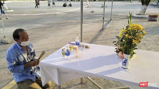 Ông Trần Đình Sỹ (SN 1969, quê xã Nghĩa Trung, huyện Nghĩa Đàn, Nghệ An) bên bàn thờ vái vọng tang cha tại trung tâm cách ly ở Đà Nẵng
