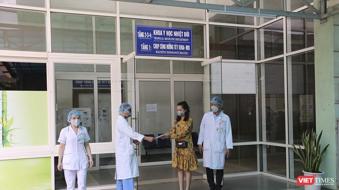 Bệnh nhân mắc COVID-19 thứ 35 nhận giấy chứng nhận sức khỏe từ Bệnh viện Đà Nẵng để xuất viện