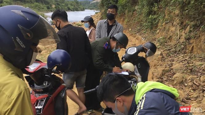 Lực lượng chức năng xã Hòa Bắc (huyện Hòa Vang, Đà Nẵng), lập biên bản, xử lý các đối tượng trốn chốt kiểm dịch COVID-19 vô rừng đi phượt