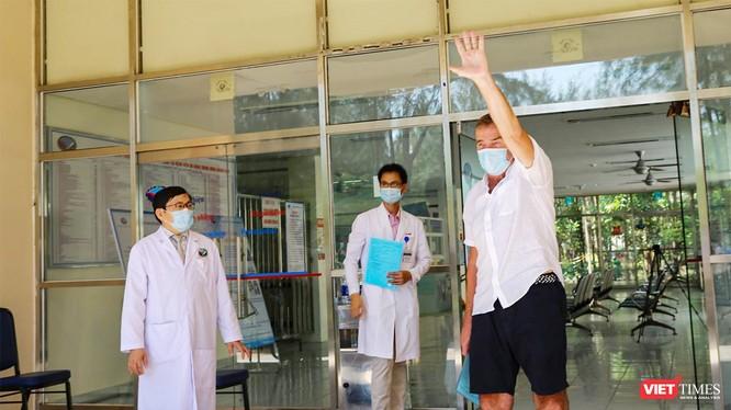 Bệnh nhân người Anh mắc COVID-19 ở Quảng Nam tại buổi xuất viện sau khi điều trị âm tính với SARS-CoV-2