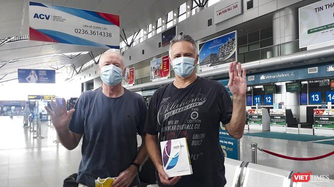 Hai bệnh nhân mắc COVID-19 người Anh (bệnh nhân số 22 và 23) chào Đà Nẵng về nước sau khi được điều trị khỏi bệnh và cách ly theo quy định