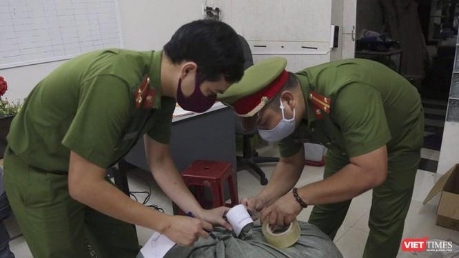 Công an phường Hòa Thuận niêm phong tang vật gồm 3.000 cái khẩu trang y tế giả và thiết bị máy móc tại cơ sở