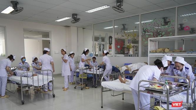 Sinh viên điều dưỡng ĐH Đông Á đang thực hành kỹ năng chăm sóc bệnh nhân tại khu chức năng nhà trường