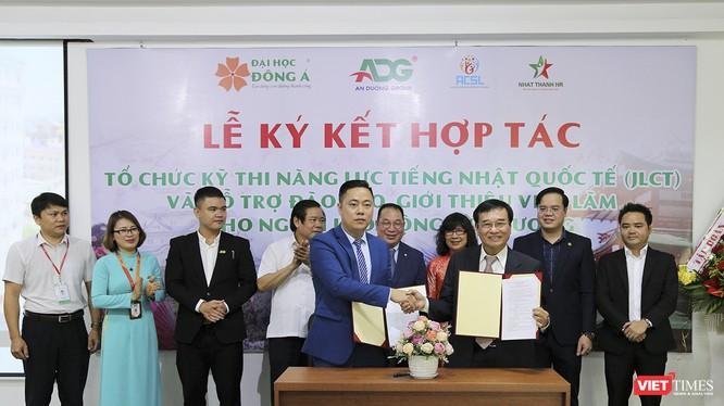 Đại diện Hội Kết nối và hỗ trợ người lao động hồi hương (ACSL) và Đại học Đông Á tại lễ ký kết hợp tác