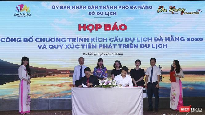 Đại diện các doanh nghiệp kinh doanh dịch vụ di lịch ký cam kết tham gia chương trình giảm giá kích cầu du lịch Đà Nẵng 2020