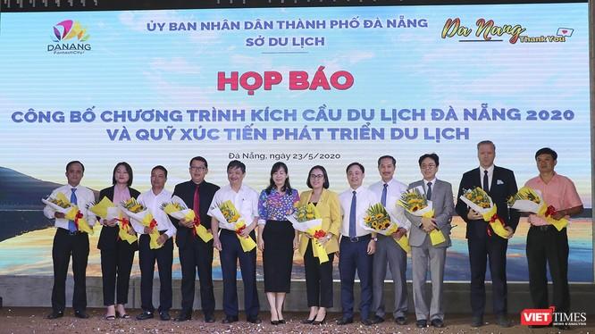 Ông Đặng Việt Dũng (thứ 5 từ trái sang)- nguyên Phó Chủ tịch Thường trực UBND TP Đà Nẵng làm Chủ tịch Danh dự của Quỹ Xúc tiến phát triển du lịc TP Đà Nẵng