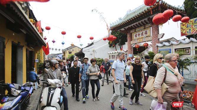 Khách du lịch tham quan tại Hội An (Quảng Nam)