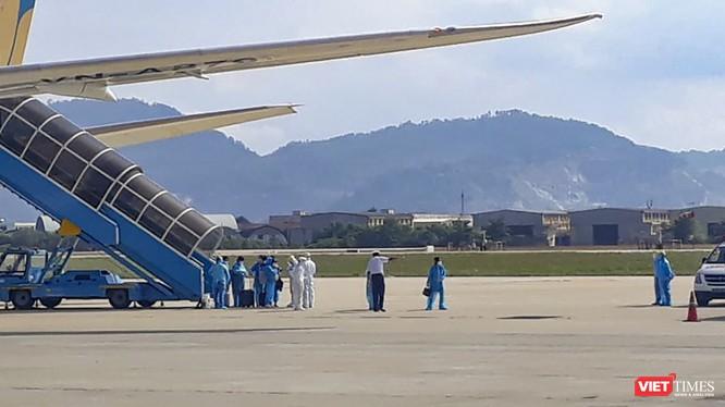 Lực lượng y tế kiểm soát bệnh tật Đà Nẵng đón công dân từ Hàn Quốc về nước tại sân bay Đà Nẵng.