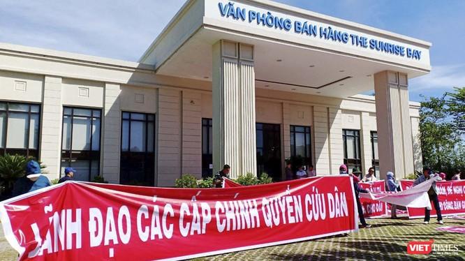 Khách hàng căng băng rôn đòi đất tại một vụ tranh chấp đất đai ở Đà Nẵng