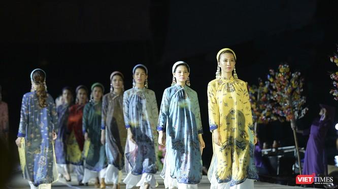 Một bộ sưu tập áo dài trong đêm trình diễn