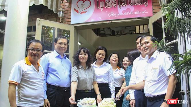 Ông Huỳnh Đức Thơ - Chủ tịch UBND TP Đà Nẵng và lãnh đạo Hội Nhà báo TP Đà Nẵng sự kiện Ly cà phê yêu thương kỷ niệm 95 năm ngày Báo chí Cách mạng Việt Nam
