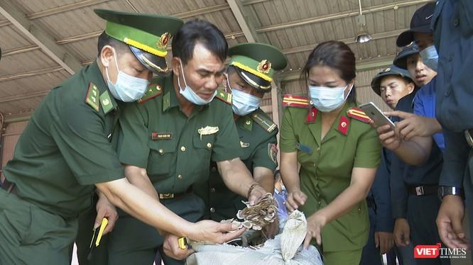 Lực lượng chức năng Đà Nẵng đang kiểm tra lô hàng thảo dược núp bóng rau củ nhập cảnh