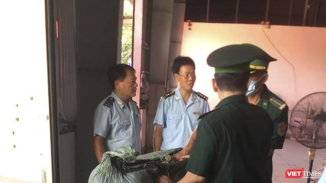Lực lượng chức năng tiến hành kiểm tra lô thảo dược nhập lậu tại cảng Tiên Sa (Đà Nẵng)