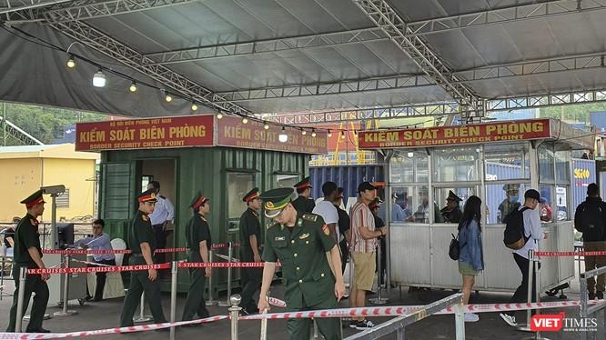 Bộ đội biên phòng đang làm thủ tục nhập cảnh, xuống bờ cho thuyền viên nước ngoài