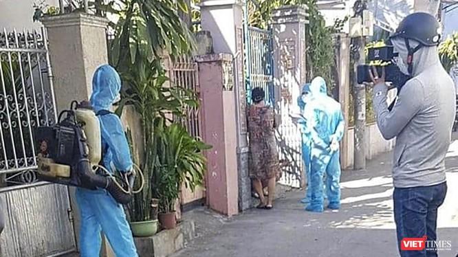 Lực lượng y tế phòng chống dịch phun thuốc khử trùng các khu vực bệnh nhân mắc COVID-19 mới ở Đà Nẵng lui tới