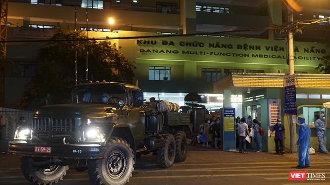Xe phun hóa chất của Tiểu đoàn Phòng hóa 78 - Bộ Tham mưu Quân khu 5 làm nhiệm vụ phun khủ trùng