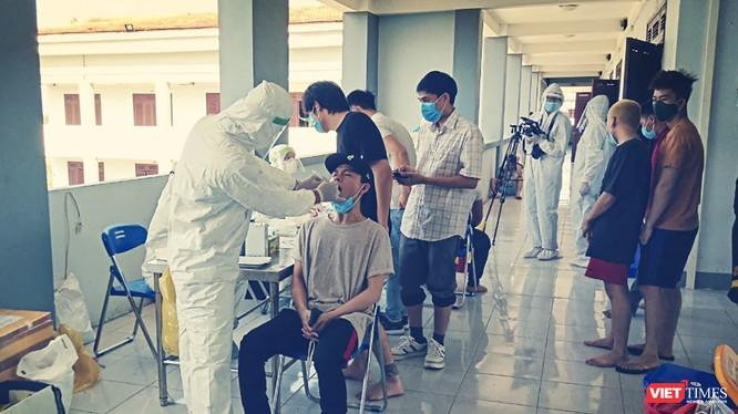 Lực lượng y tế lấy mẫu xét nghiệm COVID-19 tại khu cách ly tập trung