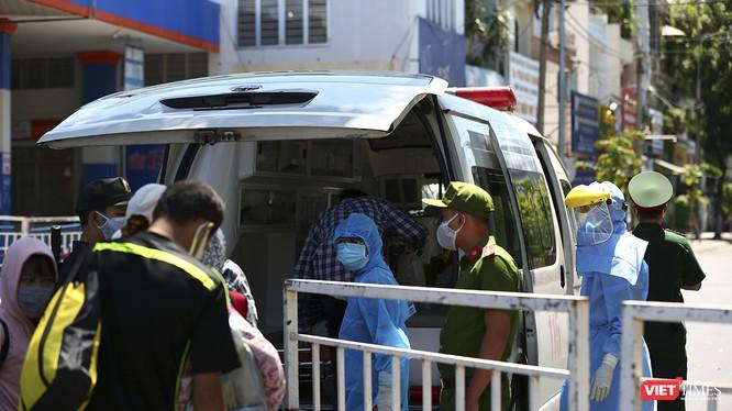 Nhân viên y tế căng mình tại khu cách ly phòng COVID-19