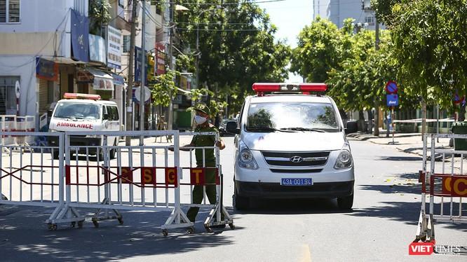 Xe chuyên dụng chở bệnh nhân rời khu vực phong tỏa ở Đà Nẵng
