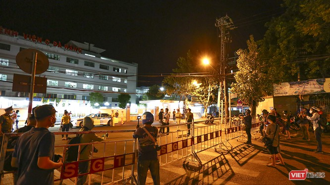 Hệ thống rào chắn phong tỏa các tuyến đường dẫn vào 3 bệnh viện đã được lắp dựng trong đêm.
