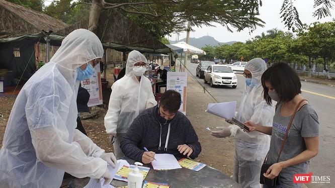 Lực lượng y tế tại các chốt kiểm soát dịch COVID-19 trên địa bàn Đà Nẵng