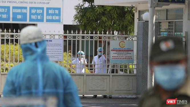 Các y bác sĩ tại chốt cách ly Bệnh viện C Đà Nẵng