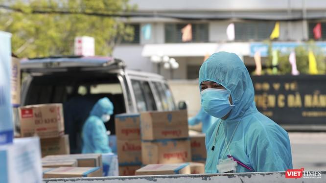 Lực lượng y tế căng mình chống dịch COVID-19