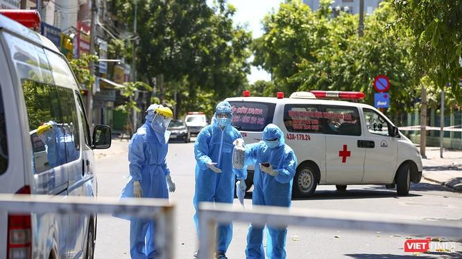 Lực lượng y tế làm việc tại khu vực cách ly COVID-19
