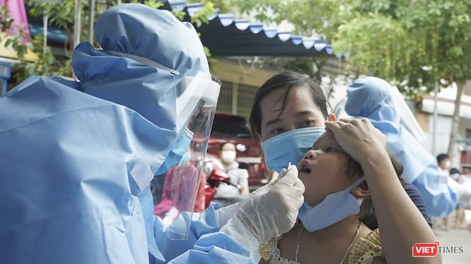 Lực lượng y tế lấy mẫu xét nghiệm COVID-19 cho người dân tại cộng đồng