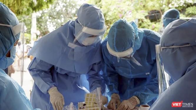 Lực lượng y tế Đà Nẵng lấy mẫu xét nghiệm COVID-19 tại cộng đồng.