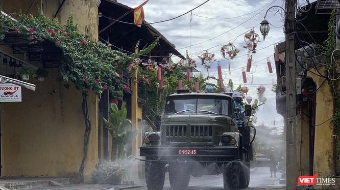 Lực lượng quân đội phun thuốc khử trùng toàn bộ phố cổ Hội An để phòng, chống dịch COVID-19