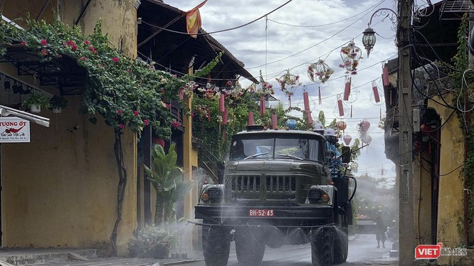 Sáng ngày 2/8, lực lượng quân đội đã phun thuốc khử khuẩn phòng COVID-19 trên toàn bộ phố cổ Hội An