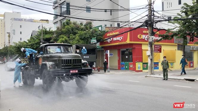 Lực lượng quân đội phun hóa chất khử trùng phòng, chống dịch COVID-19 trên địa bàn quận Sơn Trà.