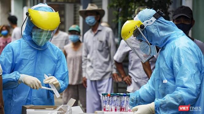 Lực lượng y tế lấy mẫu xét nghiệm COVID-19 tại cộng đồng