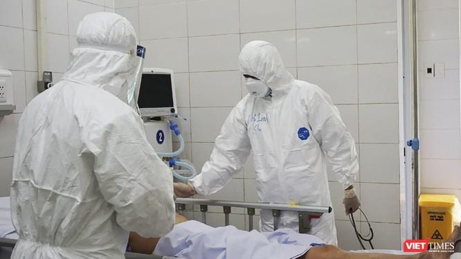 Các bác sĩ điều trị bệnh nhân mắc COVID-19