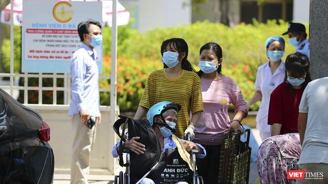 Các bệnh nhân điều trị tại Bệnh viện C Đà Nẵng xuất viện trong sáng ngày 8/8, khi bệnh viện được dỡ bệnh phong tỏa