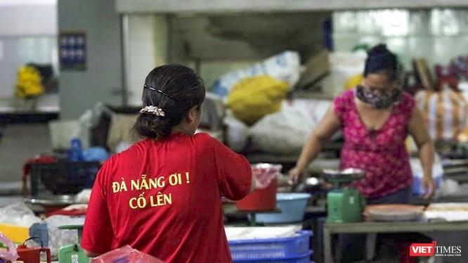 Tiểu thương Đà Nẵng mặc áo cờ đỏ sao vàng cổ động vượt qua dịch COVID-19