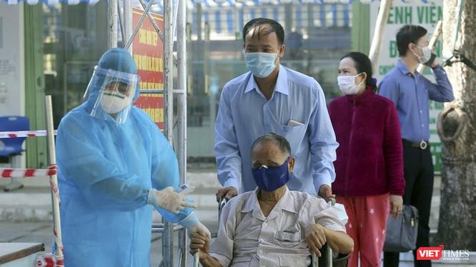 Bệnh nhân khám chữa bệnh tại Bệnh viện C trong mùa dịch COVID-19