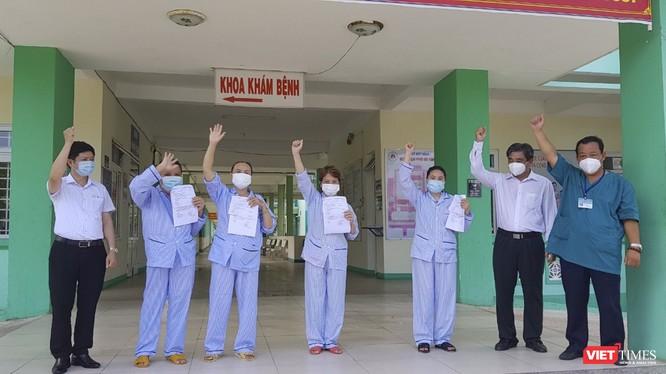 Các bệnh nhân COVID-19 gồm BN 423, BN 424, BN 441 và BN 442 tại buổi xuất viện sáng nay (10/8).