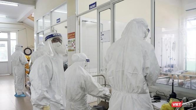 Nhân viên y tế làm việc tại khu vực điều trị bệnh nhân mắc COVID-19