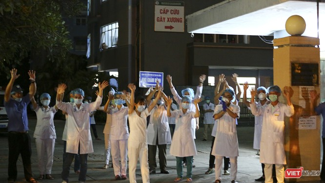 Các y bác sỹ Bệnh viện Chỉnh hình - Phục hồi chức năng Đà Nẵng vui mừng khi lệnh phong tỏa được tháo dỡ
