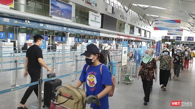 Du khách mắc kẹt tại Đà Nẵng do dịch COVID-19 được bố trí máy bay rời Đà Nẵng trở về quê.
