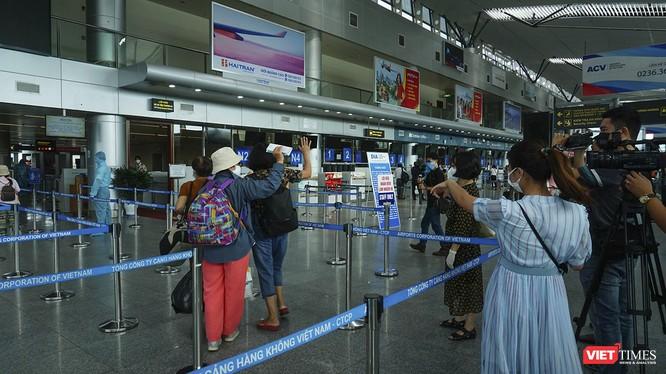 """Sân bay Đà Nẵng tăng cường công tác phòng, chống dịch COVID-19 với quy định """"5K"""""""