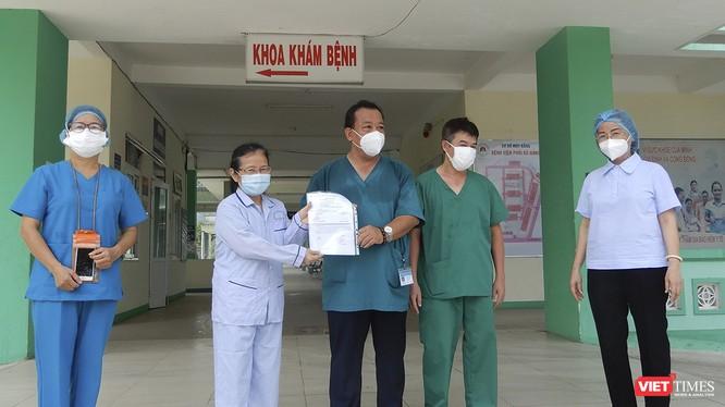 Bệnh nhân mắc COVID-19 thứ 445 điều trị tại Bệnh viện Phổi Đà Nẵng trong buổi xuất viện sáng 12/8.