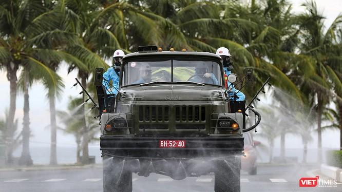 Lực lượng quân đội phun thuốc khử khuẩn trên các tuyến phố ở quận Sơn Trà (Đà Nẵng) để phòng dịch COVID-19