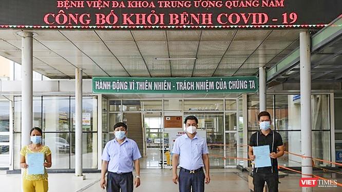 Các bệnh nhân mắc COVID-19 thứ 716 và 719 ở Quảng Nam tại buổi xuất viện