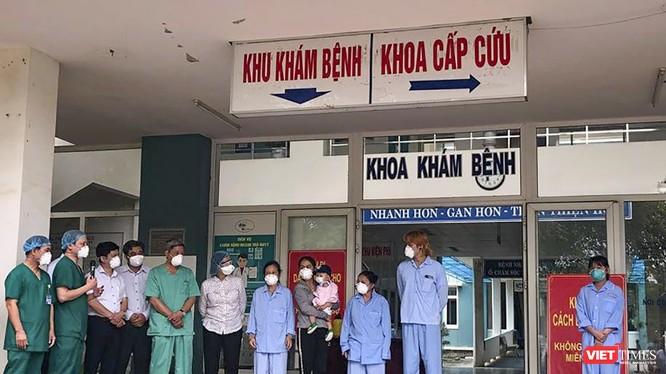 Các bệnh nhân mắc COVID-19 ở Đà Nẵng được điều trị khỏi bệnh tại buổi xuất viện