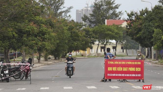 Chốt phong tỏa, cách ly y tế tại khu dân cư dẫn vào các chung cư trên địa bàn phường Nại Hiên Đông, TP Đà Nẵng