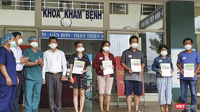 5 bệnh nhân COVID-19 vừa được viện sáng nay tại Bệnh viện dã chiến Hòa Vang